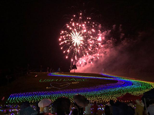 富山市の牛岳温泉スキー場で開催される「虹のかけはし」のライトアップイルミネーションと花火大会