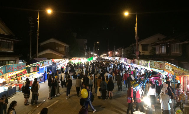 射水市の新湊曳山祭り、放生津八幡宮前の屋台や露店