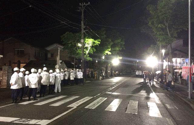 岩瀬曳山車祭り・けんか山車の大量の警察官2