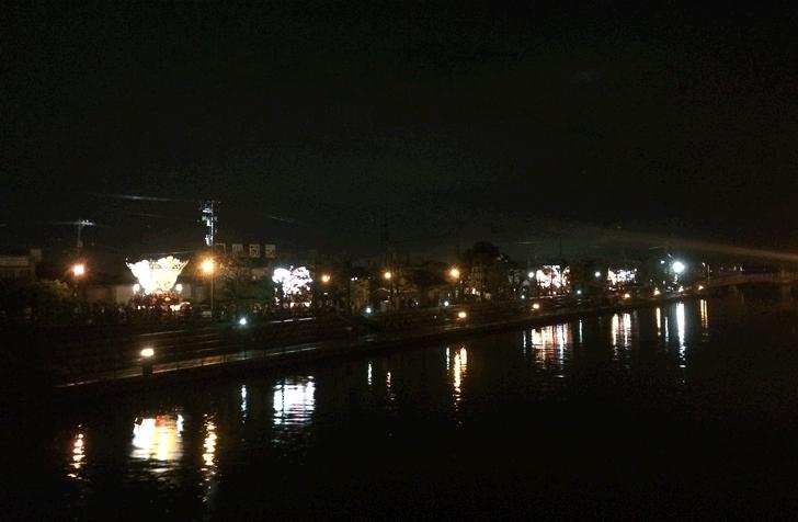 岩瀬運河に映る曳山車