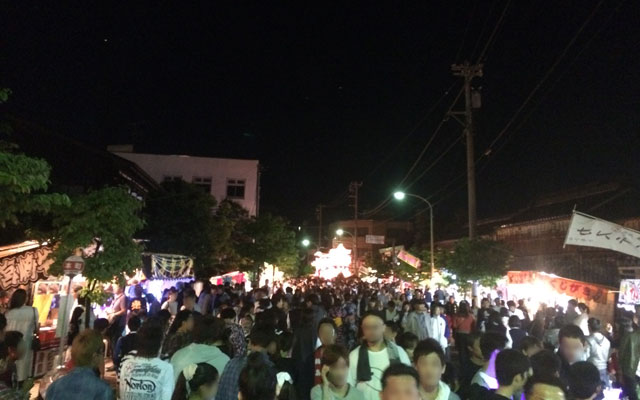 富山県砺波市の祭「となみ夜高祭り」の混雑具合