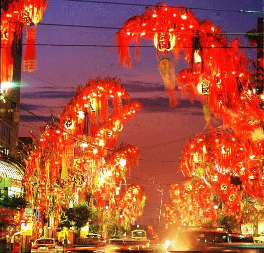 「高岡七夕祭り」の高岡駅前大通りを彩る巨大な七夕飾りのライトアップ!
