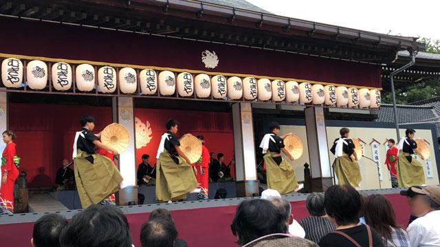 南砺市城端の「城端むぎや祭」善徳寺会場ステージ