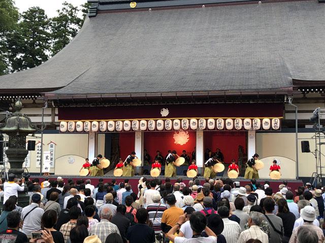 南砺市城端の「城端むぎや祭」善徳寺会場ステージの様子