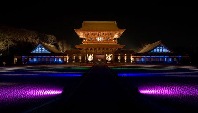 高岡市の国宝瑞龍寺のライトアップ(紫)