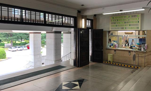 富山県庁の受付窓口