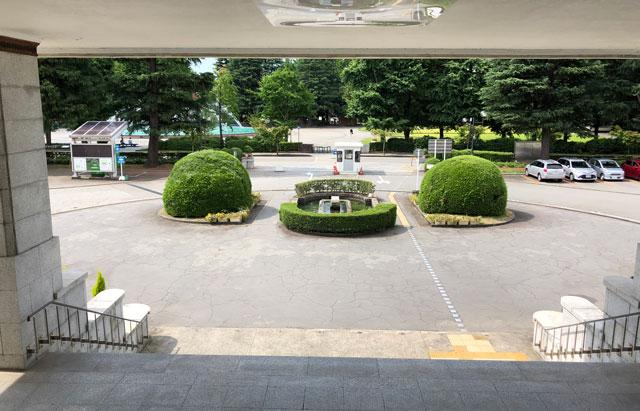富山県庁の正面玄関からの景色