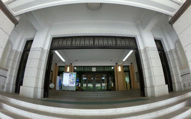 富山県庁の正面玄関