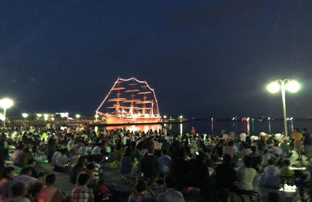 富山県射水市の富山新港、海王丸パークで開催される「富山新港花火大会」の混雑具合