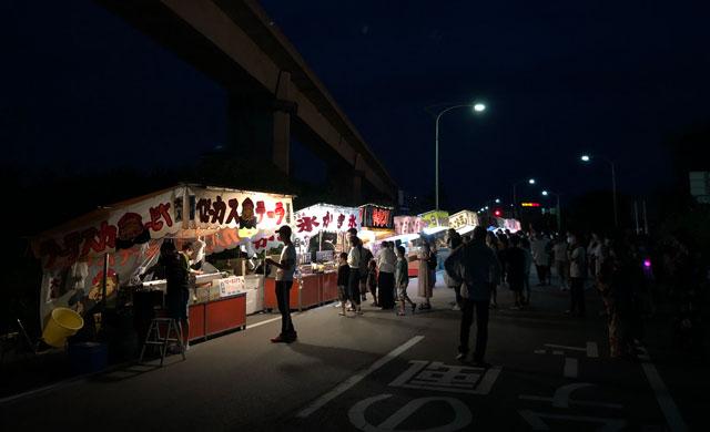 富山県射水市の富山新港、海王丸パークで開催される「富山新港花火大会」の露天、屋台