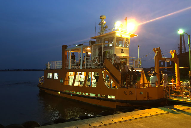 富山県射水市の富山新港、海王丸パークで開催される「富山新港花火大会」の堀岡側の新湊渡船
