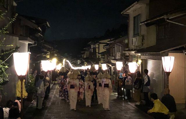 クラブツーリズムの特別企画「月見のおわら」の「諏訪町の日本の道100選通り」の混雑具合