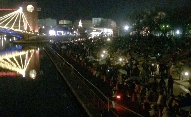 富岩運河環水公園スイートクリスマスで花火を待つ人達