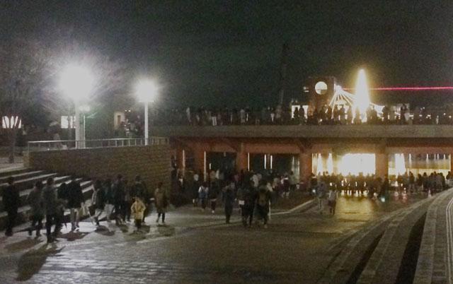 富岩運河環水公園スイートクリスマスに向かう人達