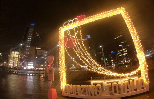 富山駅南口広場のホワイトイルミネーションとやまのAMAZING TOYAMAのフレーム