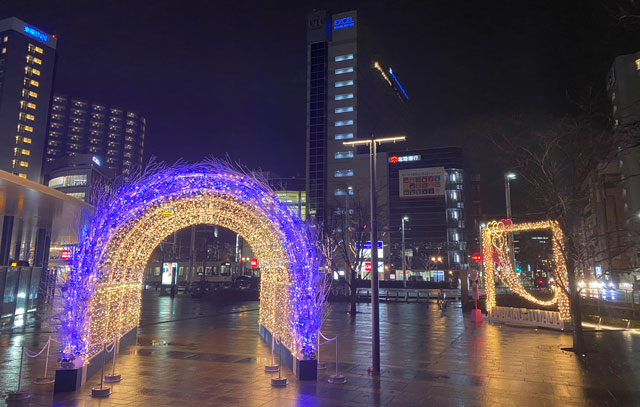 富山駅南口広場のホワイトイルミネーションとやまのカラフルラブアーチ