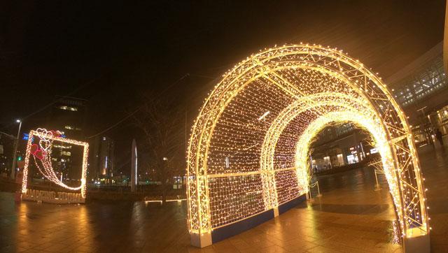 富山駅南口広場のホワイトイルミネーションとやまのカラフルラブアーチとAMAZING TOYAMAのフレーム