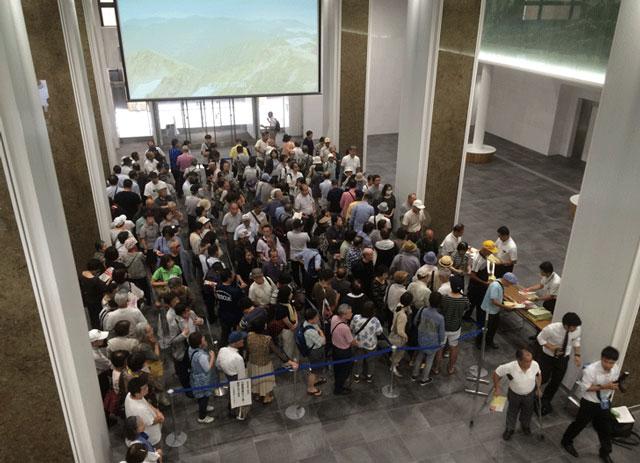 登坂絵莉選手と田知本遥選手の富山県民栄誉賞贈呈式の整理券配布前