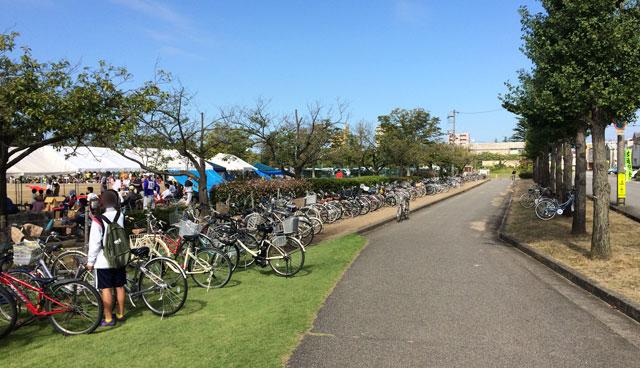 住民運動会に参加している人達の自転車
