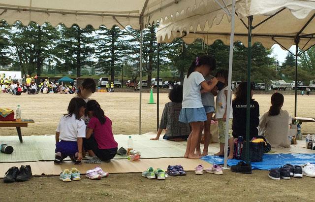 住民運動会で友達と遊ぶ小学生