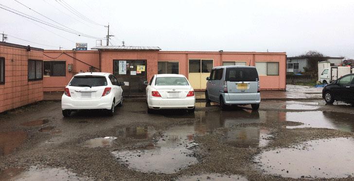 射水市のカレー店「カシミール」の店舗外観と駐車場