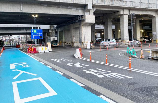 富山駅前の高架下2駐車場への入口