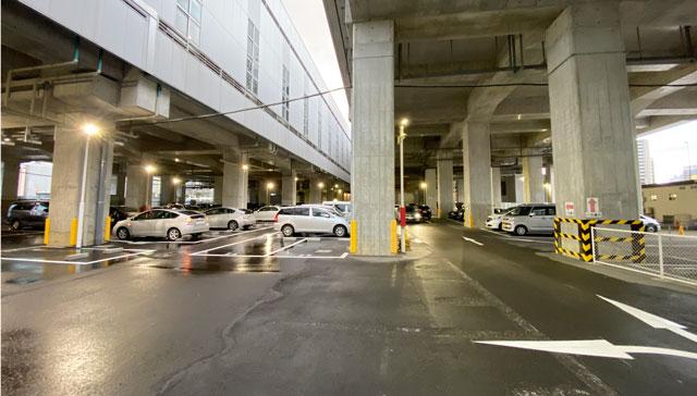 富山駅前の高架下2駐車場