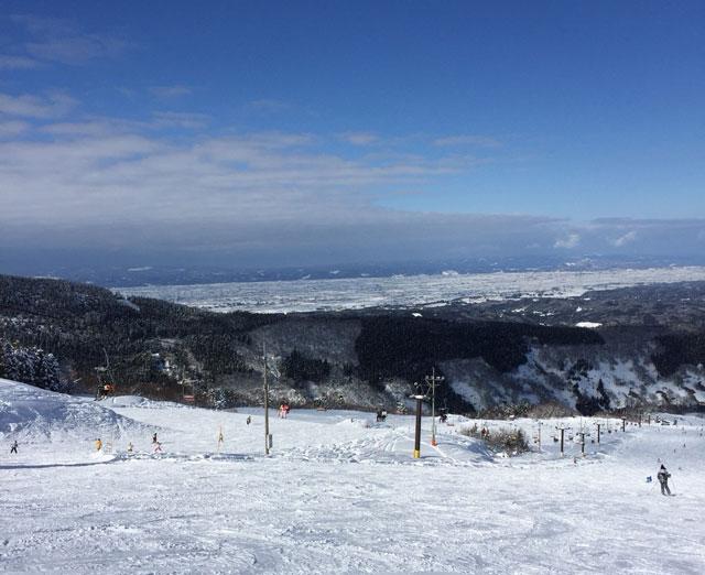 富山市の牛岳温泉スキー場の頂上からの眺め
