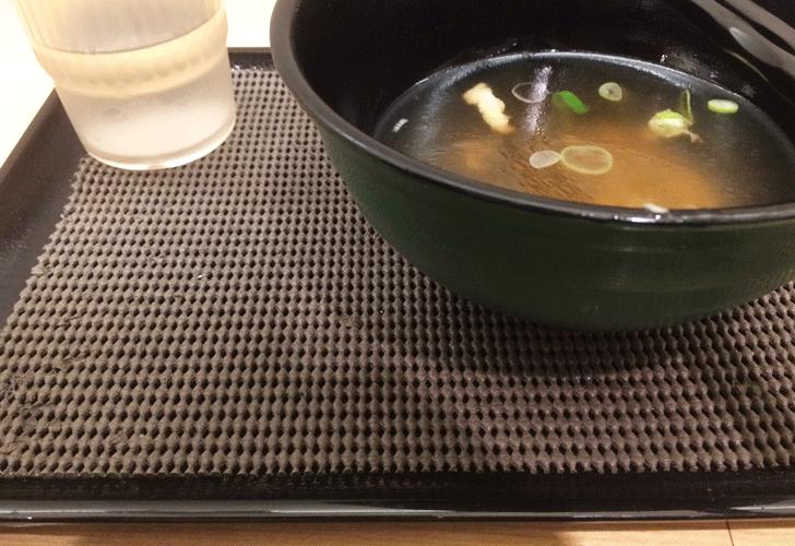 金沢駅立ち食いそば屋の滑り止め