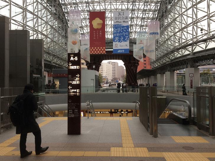 金沢駅を出た瞬間の景色