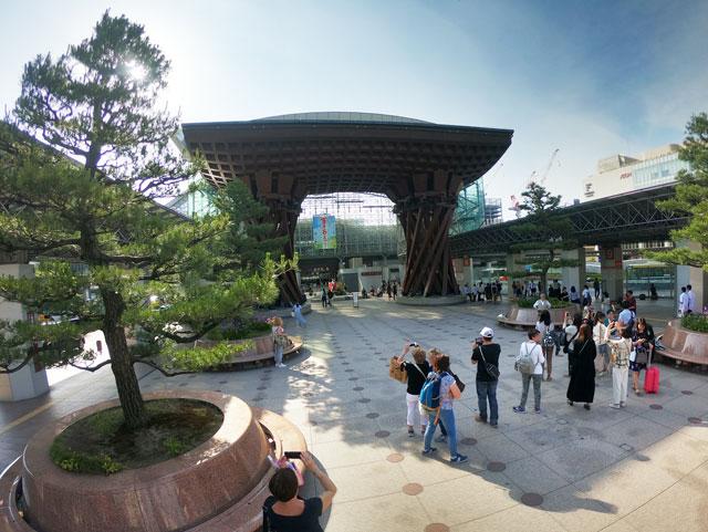 JR金沢駅の目の前にある鼓門