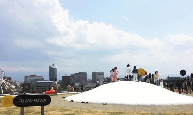 富山県美術館オノマトペの屋上の遊具「ふわふわドーム」