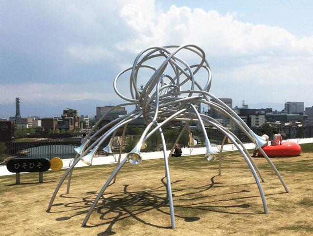 富山県美術館オノマトペの屋上の遊具「ひそひそ」
