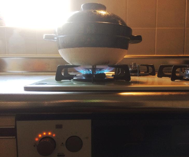 かまどさん、中強火で炊く