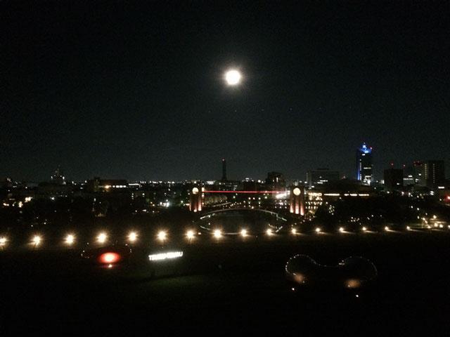 富山県美術館オノマトペの屋上の夜景