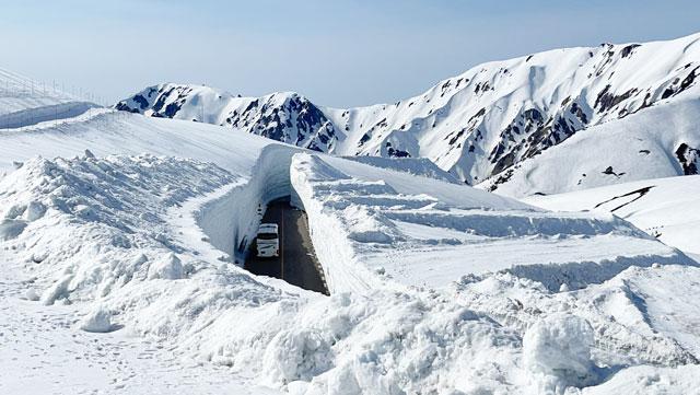 立山黒部アルペンルート「雪の大谷」を「パノラマロード」から見たところ