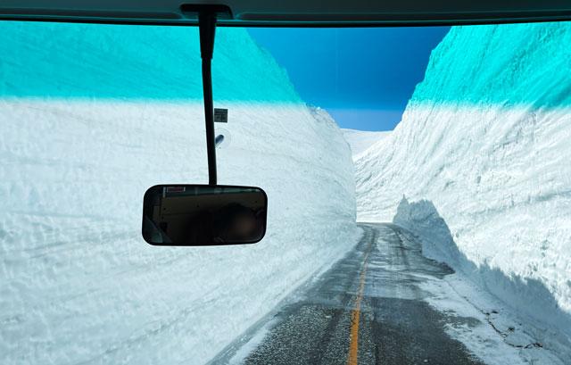 立山黒部アルペンルート「雪の大谷」の一車線エリア