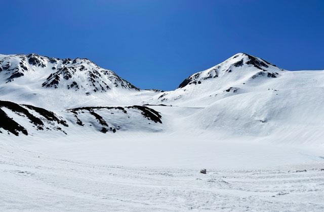 立山黒部アルペンルート「雪の大谷」の時期のみくりが池