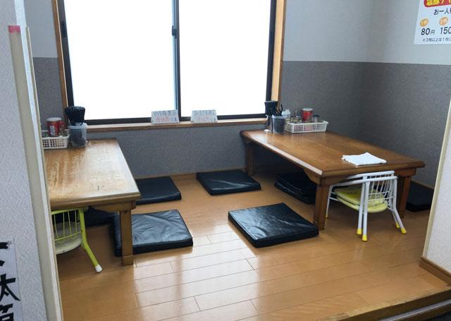 魚津市の有名家系ラーメン「はじめ家」の上がりテーブル席