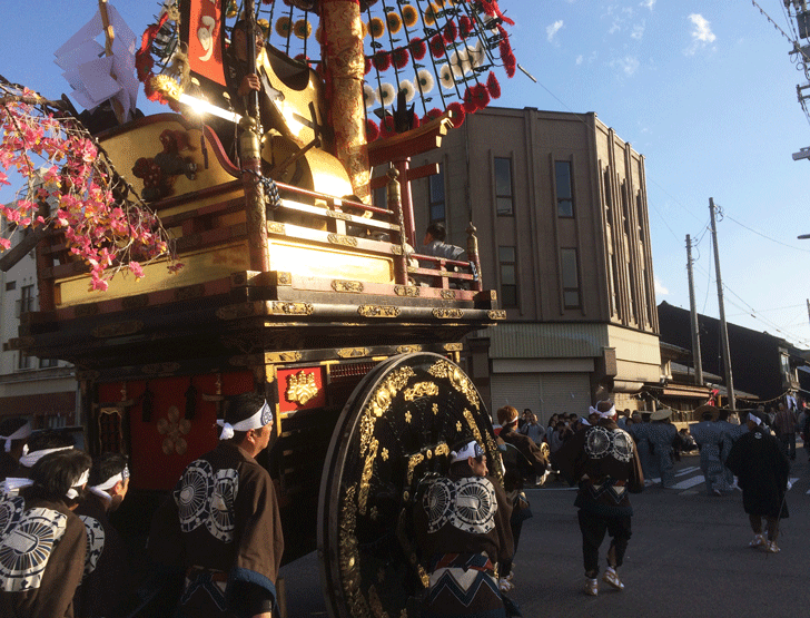 高岡御車山祭の巡業の様子