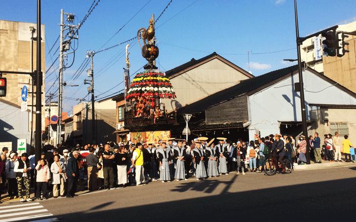 信号で止まる高岡御車山祭