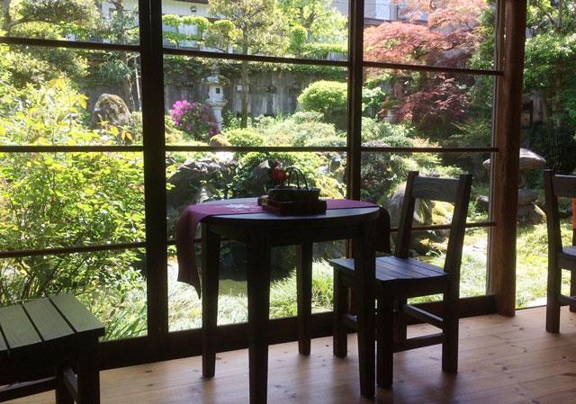越中八尾ベースOYATSUの庭の景色とテーブル