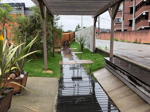 「天然氷ハナ」城川原のオシャレ過ぎるカキ氷屋の改築された屋外飲食スペース