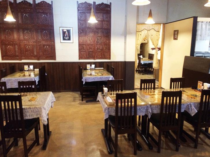 富山駅前インド料理サントシの店内
