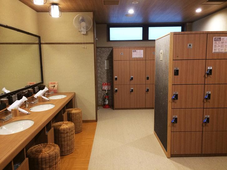富山市総曲輪の温泉「天然温泉 富山 劔の湯」の更衣室