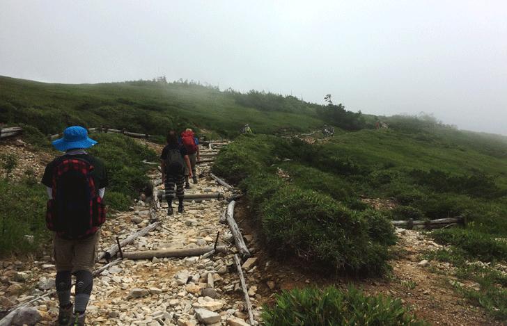 富山県の百名山薬師岳の砂利の登り