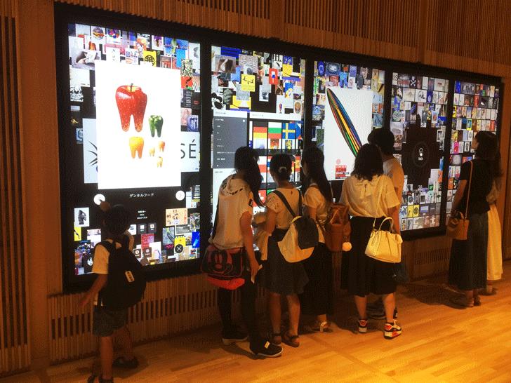 富山県美術館3Fのポスタータッチパネル
