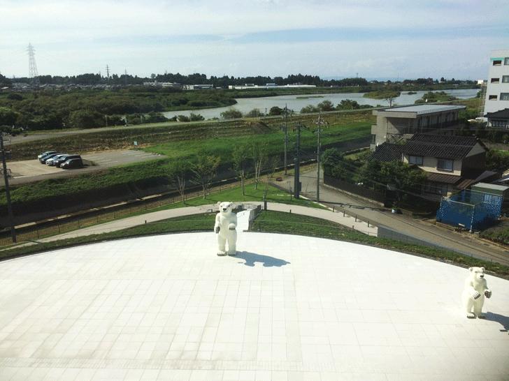 富山県美術館の屋外広場