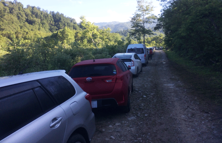 薬師岳登山口の折立臨時駐車場の混み具合