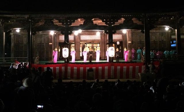 越中八尾おわら風の盆、聞名寺のステージの演舞